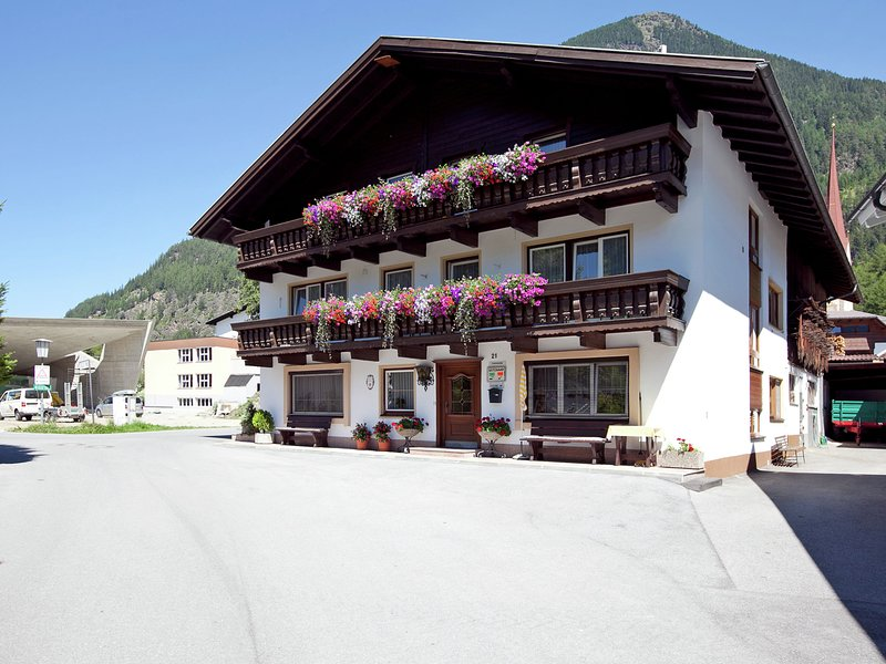 Quaint Apartment in Längenfeld near Otztal Arena Ski Area, holiday rental in Oberlangenfeld