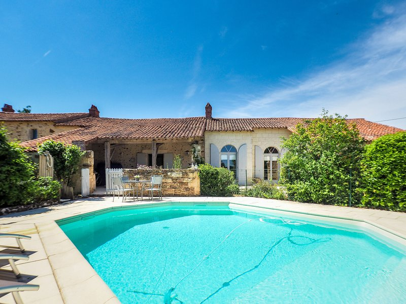 Luxurious Holiday Home in Saint-Laurent with Private Pool, location de vacances à Sainte-Hermine