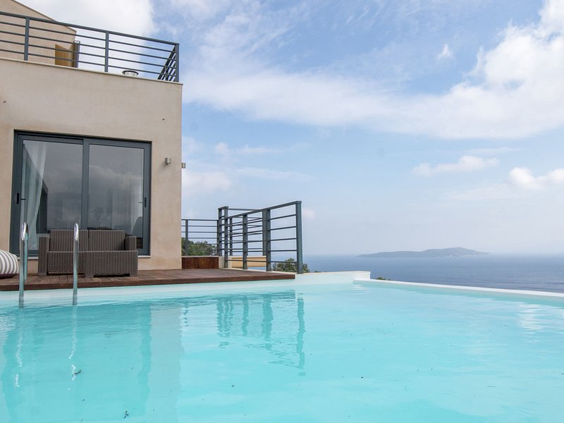 Beautiful villa with private pool, tennis court, view on Sivota Bay on Lefkas, location de vacances à Mikros Gialos