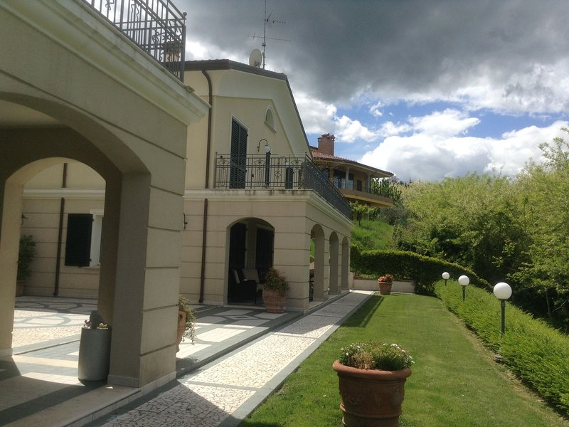 Spacious villa with garden and panoramic views in the green hinterland of Rimini, vacation rental in Gemmano