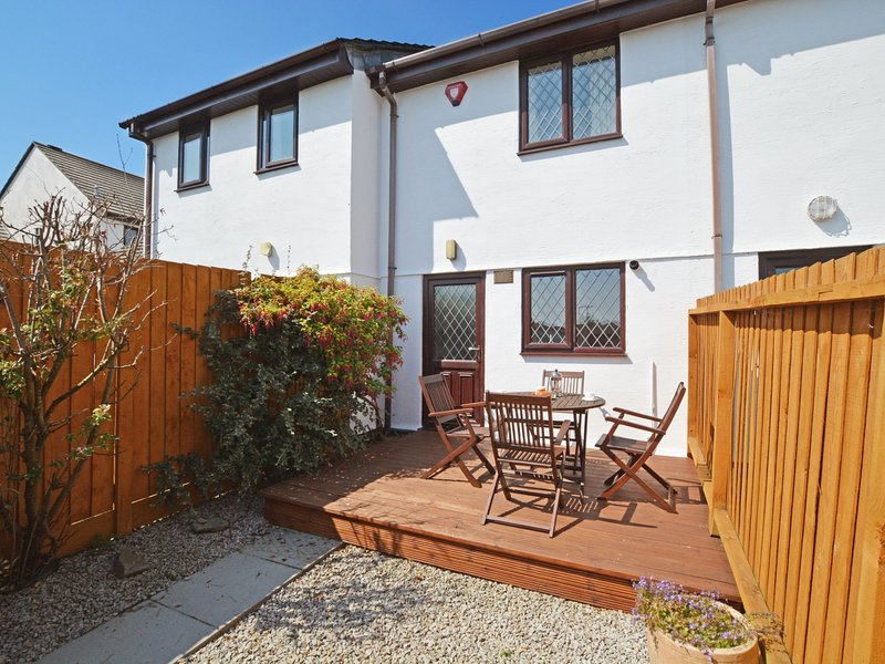 Modern Holiday Home in Padstow with Private Garden, holiday rental in Treator