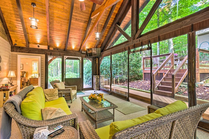 Unwind in the massive screened porch and watch the flat-screen cable TV.