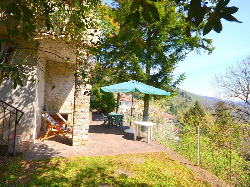 Cosy village house with a nice terrace offering beautiful views of the valley., holiday rental in Convalle
