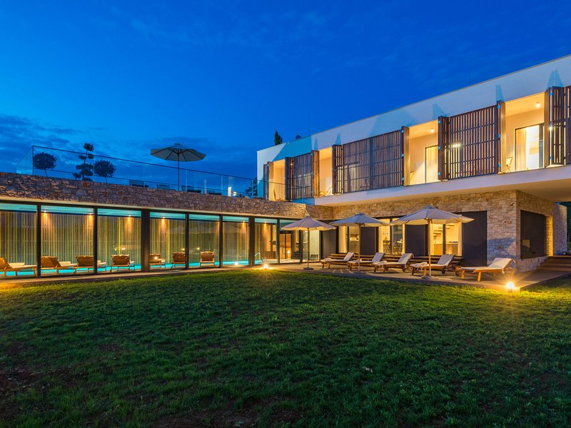 Exquisitely designed luxury villa with indoor swimming pool,wellness and spa !, vacation rental in Baderna