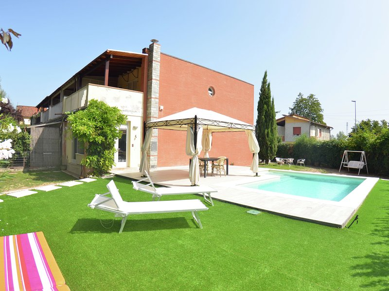 Modern villa with private pool and fenced garden 2.5 km from Lucca, holiday rental in Pozzuolo