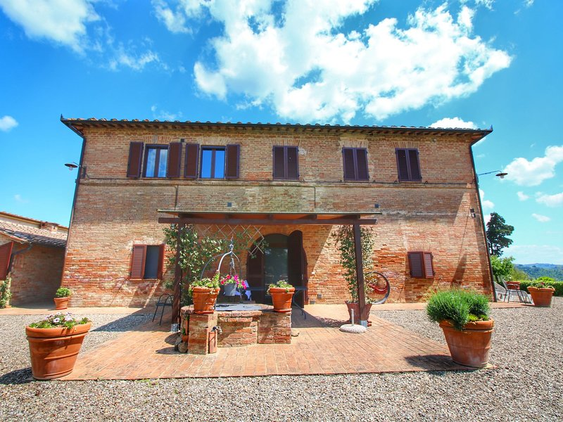 Rustic Farmhouse in Buonconvento with Tuscan Views, holiday rental in Bollano