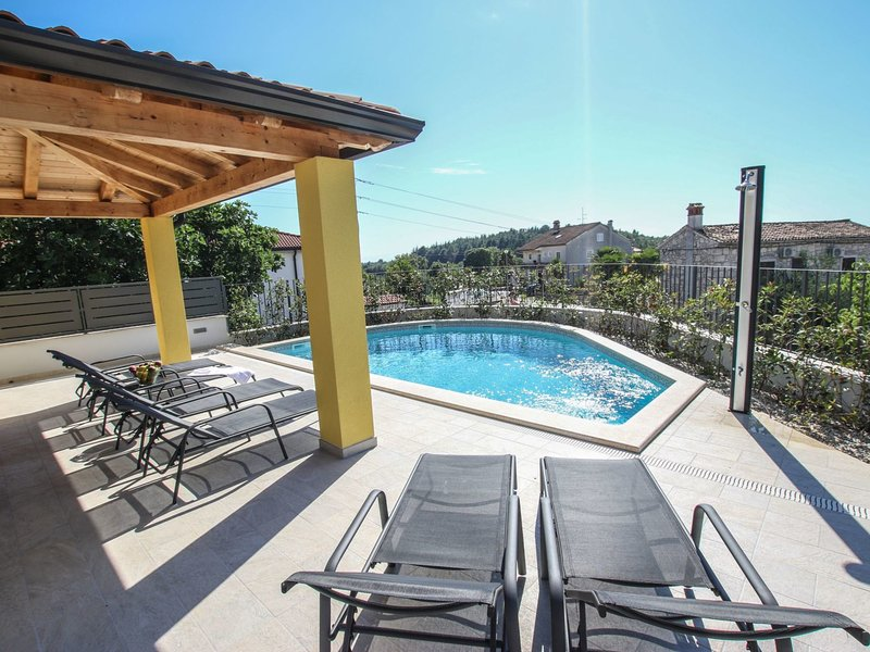 Modern three bedroom holiday house with private pool, only 2 km from the beach., holiday rental in Fuskulin