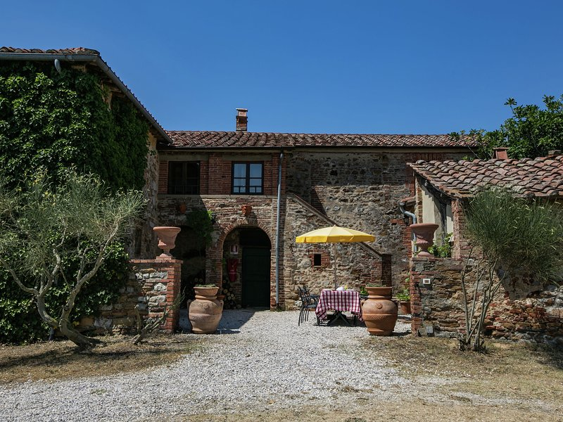 Rustic villa, spa with wine bath, 2 swimming pools and stunning views, alquiler vacacional en Castelmuzio