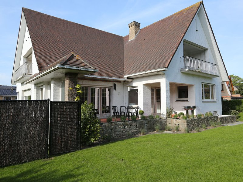 Stylish holiday house from the 1960s in West Flanders,300 metres from the beach, holiday rental in Sint-Idesbald