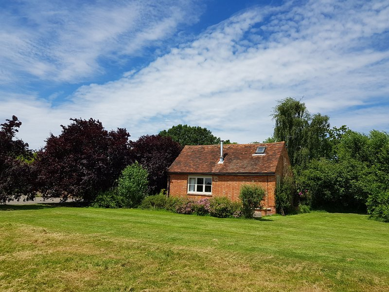 Charming, spacious cottage with authentic details and situated in the calm Kent, alquiler vacacional en Shadoxhurst