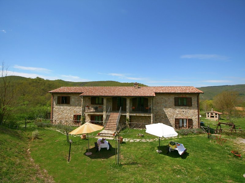 Farmhouse with small lake, swimming pool, private terrace, garden and sheep, Ferienwohnung in Castel Rigone