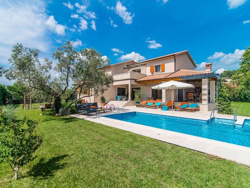 Nice and spacious villa with pool and garden in a small village called Salambati, aluguéis de temporada em Smoljanci