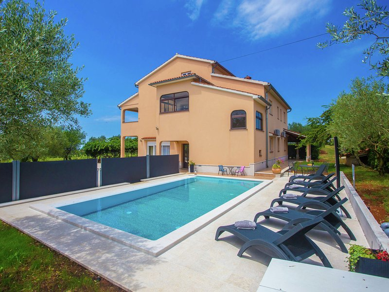 Peaceful Apartment in Sveti Lovrec with Swimming Pool, holiday rental in Vosteni