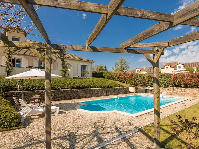 Luxurious villa in Rouzede with private pool, vacation rental in Montbron