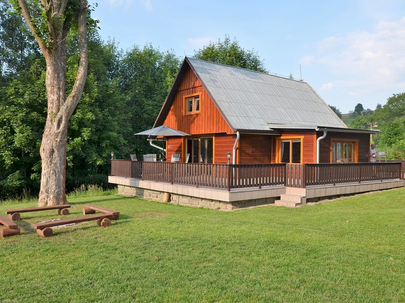 Beautiful holiday home with well-kept, fenced-in rice on the shore of a small re, vacation rental in Ceska Lipa