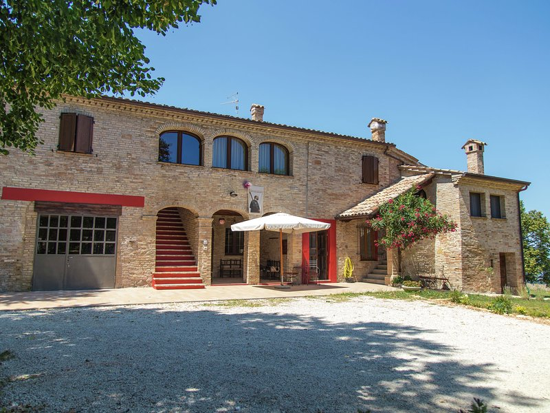 Mini apartment in building dating from 1600 in the rolling countryside with a se, vacation rental in Tavullia