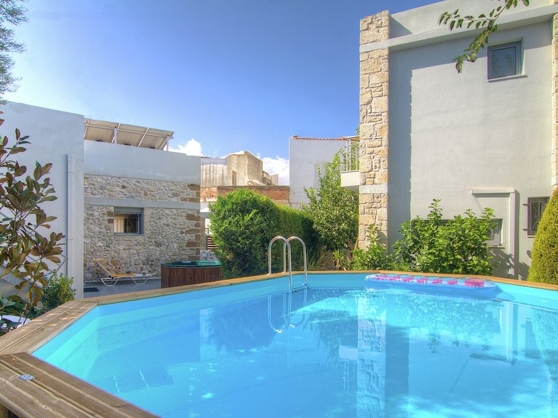 Authentic villa in little village, 10 pers. at 1,5km from sea, NW coast, holiday rental in Pigi