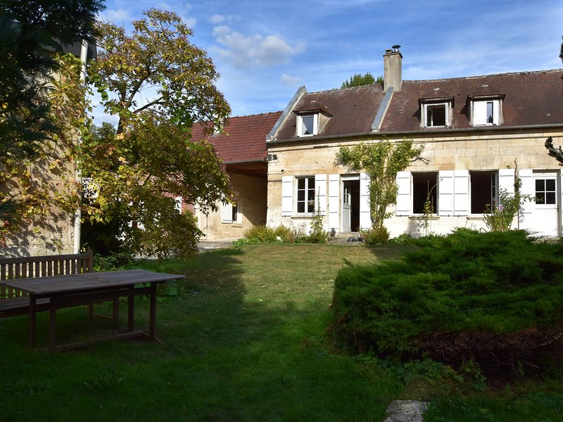 Modern Mansion in Machemont with Private Garden, holiday rental in Pronleroy