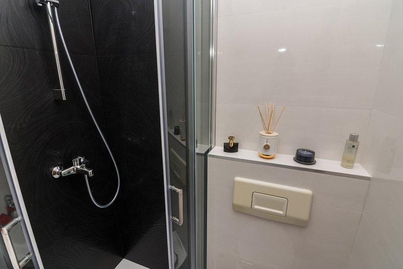 Innenaufnahme, Zimmer, Badezimmer, Duscharmatur, Tür