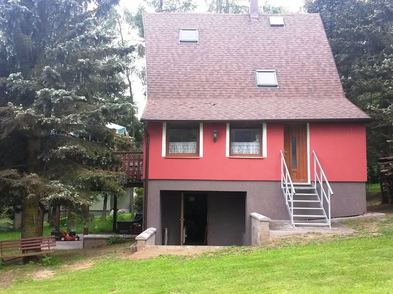 Detached holiday home with large terrace, table tennis in the Erzgebirge Mountai, location de vacances à Sayda