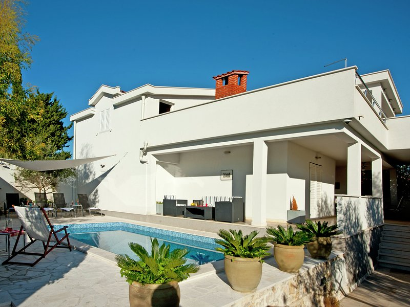 Picturesque Holiday Home in Okrug Gornji by the Beach, holiday rental in Okrug Gornji