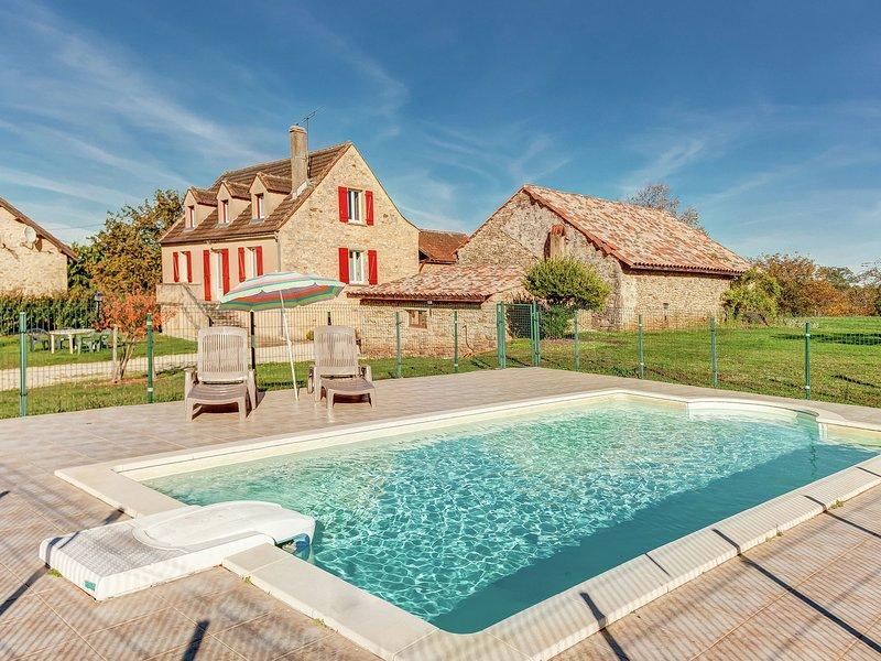 Holiday home with private swimming pool and panoramic view, near Prats-du-Périg, location de vacances à Saint-Cernin-de-l'Herm