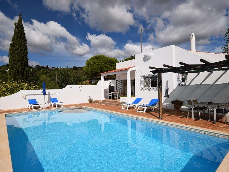 Boutique Villa in Faro with Private Swimming Pool, casa vacanza a Santa Barbara de Nexe