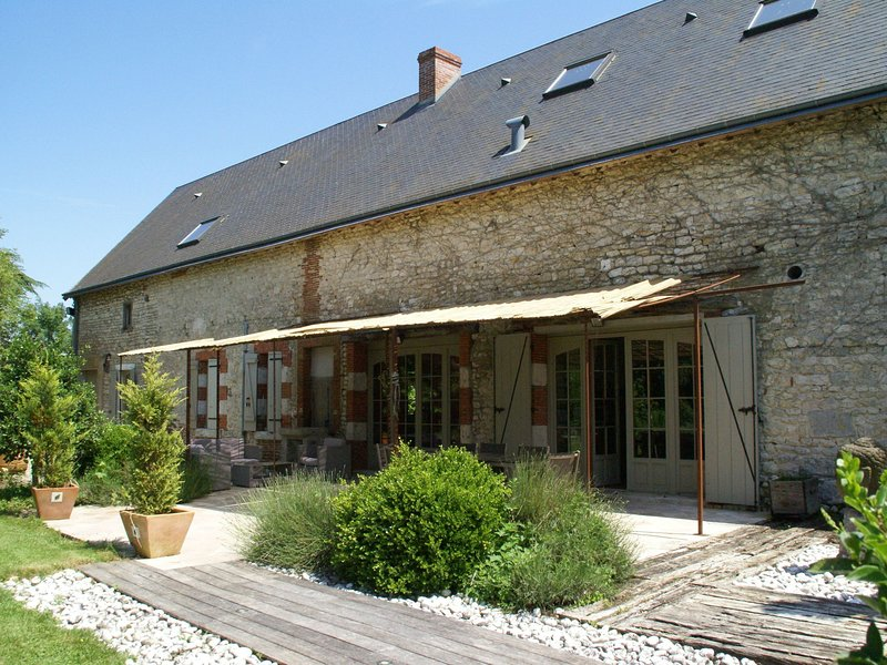 Magnificent villa with pool in historic area of Saint-Péravy la Colombe, vacation rental in Patay
