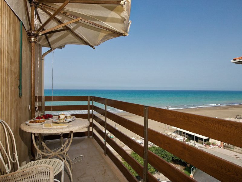 Modern studio located directly on the private beach of Marina di Castagneto Card, alquiler vacacional en Donoratico