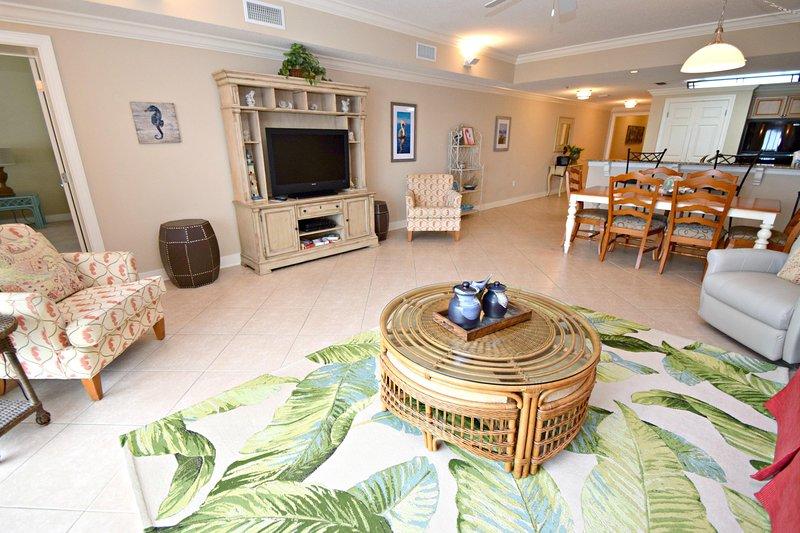 Room,Living Room,Indoors,Furniture,Flooring