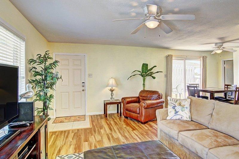 Ventilador de teto, sofá, móveis, dentro de casa, madeira