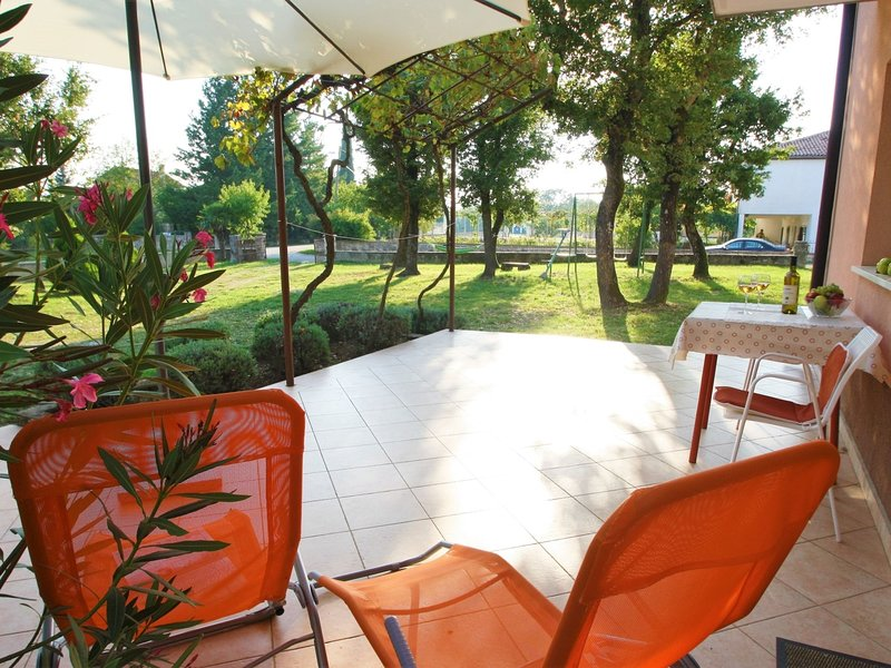 Nice holiday house with large garden for 5 persons near Rovinj and Lim bay, vacation rental in Brajkovici