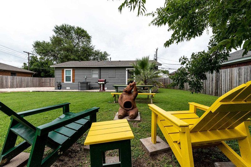 Grass,Bench,Furniture,Lawn,Outdoors