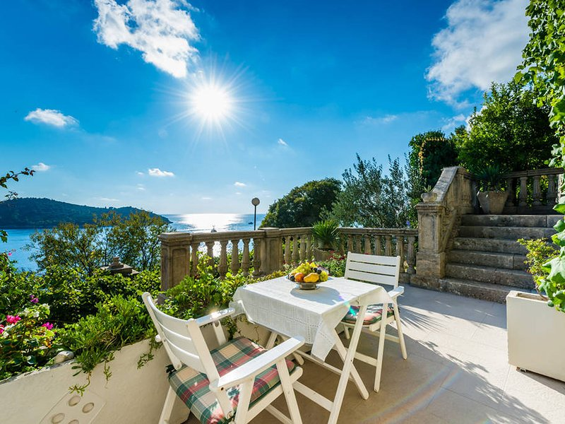 Modern apartment with perfect view to Dubrovnik Old town in authentical house, vacation rental in Gornji Brgat