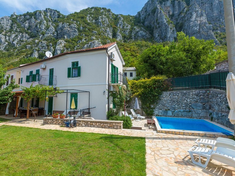 Cozy Holiday Home in Grizane-Crikvenica with Swimming Pool, holiday rental in Brestova