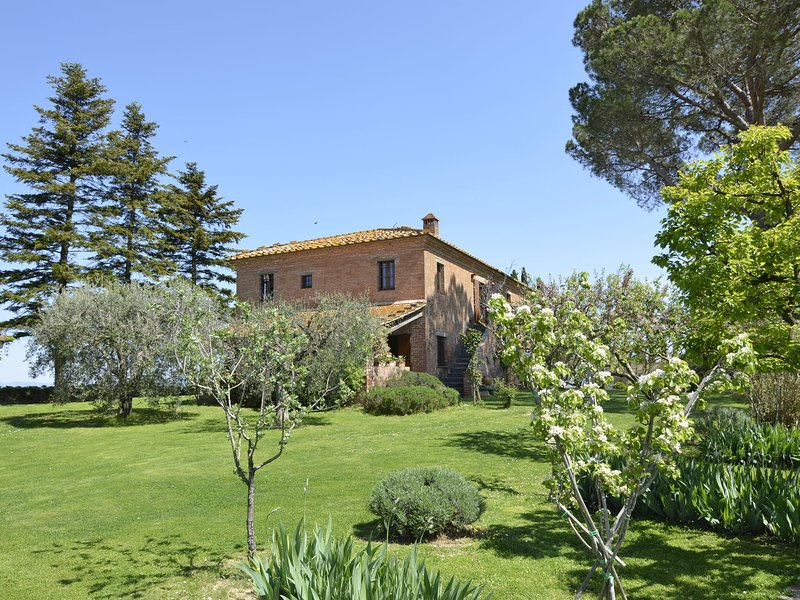 Villa surrounded by vines, on top of a hill with stunning views., alquiler de vacaciones en Valiano