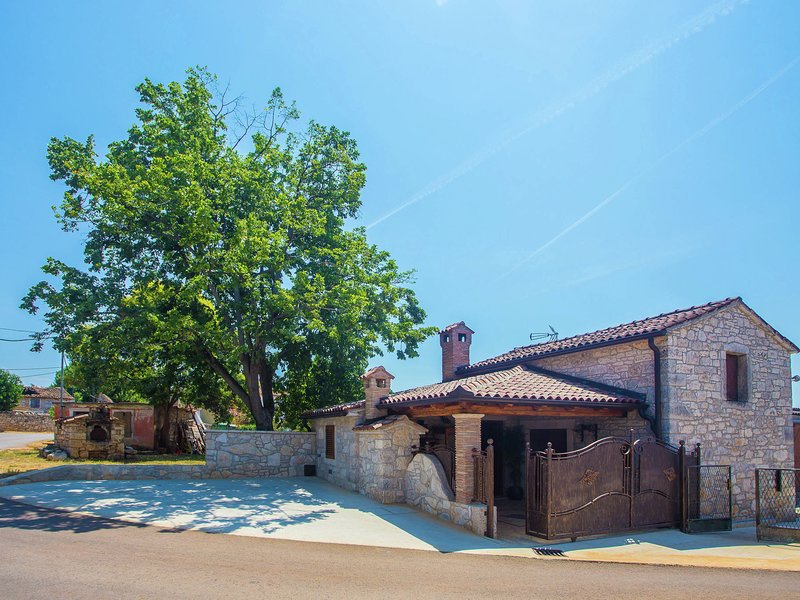 Quaint Holiday Home in Mihatovici near Sea, holiday rental in Nova Vas