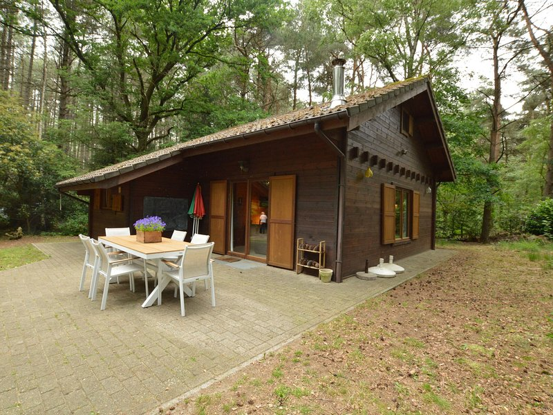 Attractive, detached wooden chalet with private garden, in the middle of a natur, holiday rental in Merksplas