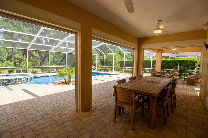 Spacious home with private pool & Jacuzzi, alquiler de vacaciones en Hernando