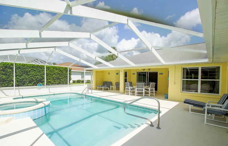 Beautiful & Sunny Pool Home with Golf View, alquiler de vacaciones en Hernando