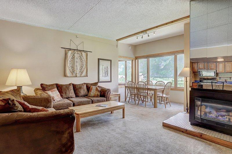 Living Room,Indoors,Room,Flooring,Furniture