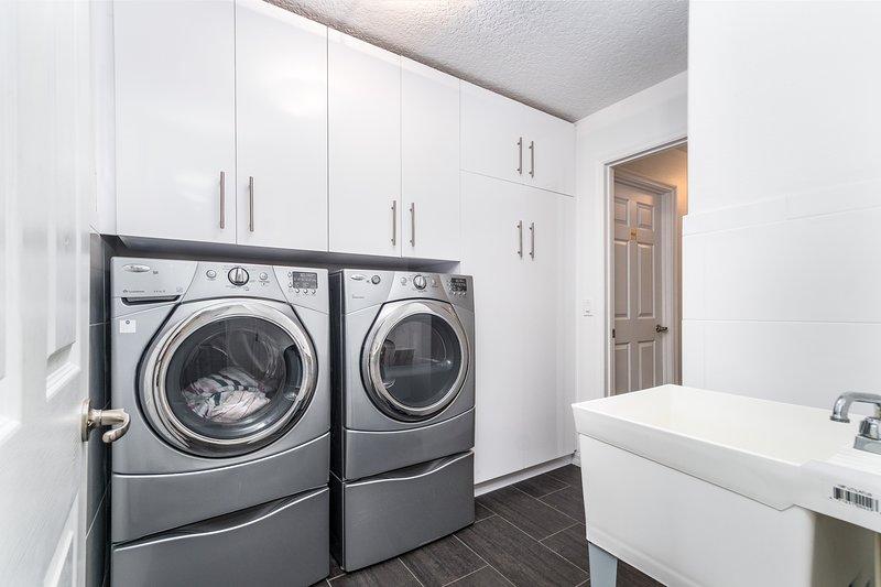 Indoors,Washer,Tub,Bathtub,Flooring