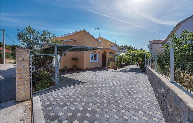 Stunning home in Brodarica with WiFi and 2 Bedrooms (CDV037), alquiler de vacaciones en Krapanj