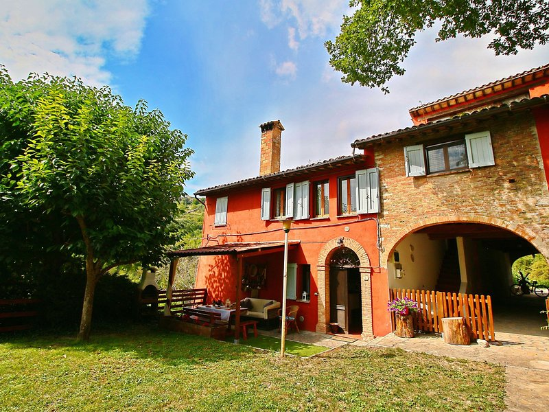 Cozy Villa in Fabriano Italy with Swimming Pool, holiday rental in Genga
