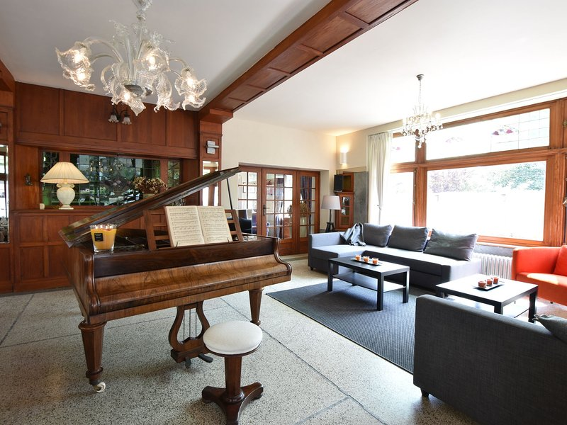Former hotel in the centre and at 50 metres from the beach in Panne, vacation rental in De Panne
