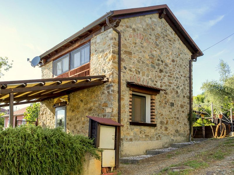 small and charming residence nestled in the hills surrounding La Spezia, vakantiewoning in Santo Stefano di Magra