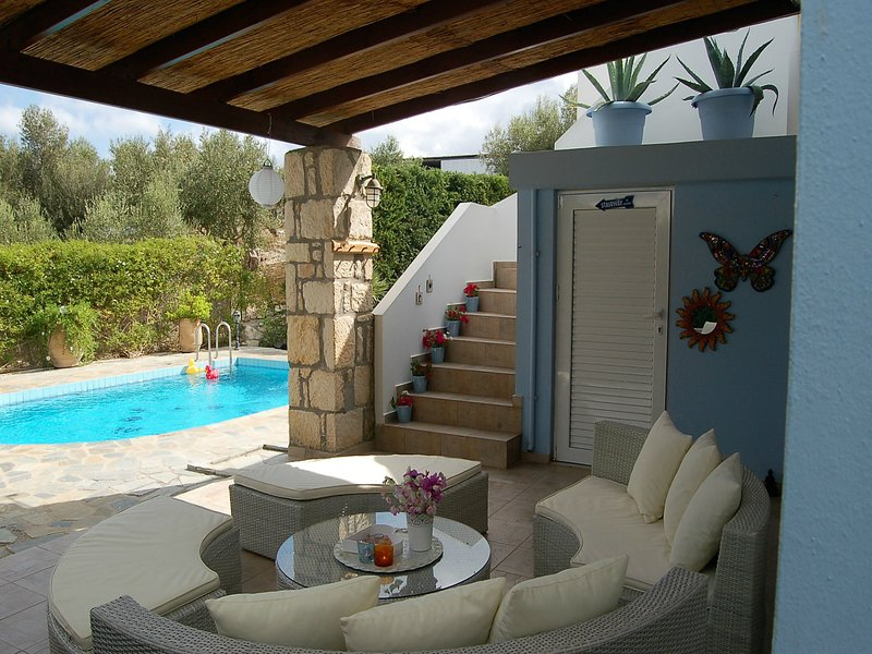 Beautiful luxury villa, private pool, privacy, near village Loutra on NW coast, holiday rental in Loutra