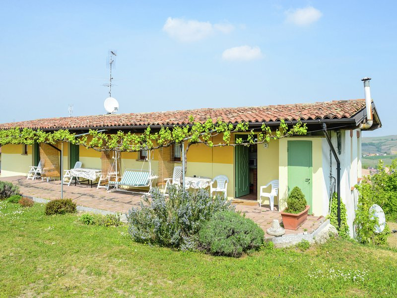 Nice and typical apartment in a farm surrounded by hills and vineyards., location de vacances à Gazzola