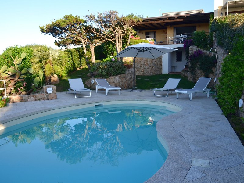 Villa with a swimming pool, overlooking the crystal-clear waters of the Costa Sm, aluguéis de temporada em Poltu Quatu