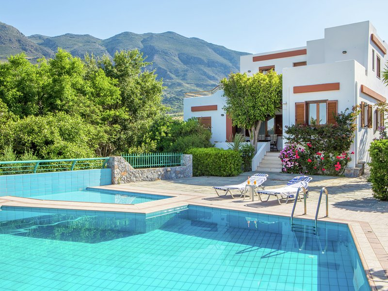 Detached villa, private swimming pool, on estate, south-west coast near Plakias, holiday rental in Lefkogia